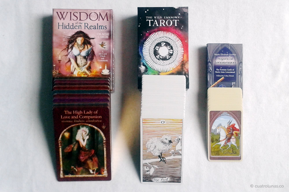 "De izquierda a derecha: 1. Oráculo ""Wisdom of the Hidden Realms"" 2. Tarot ""The Wild Unknown"" 3. Oráculo ""Mystical Lenormand"""